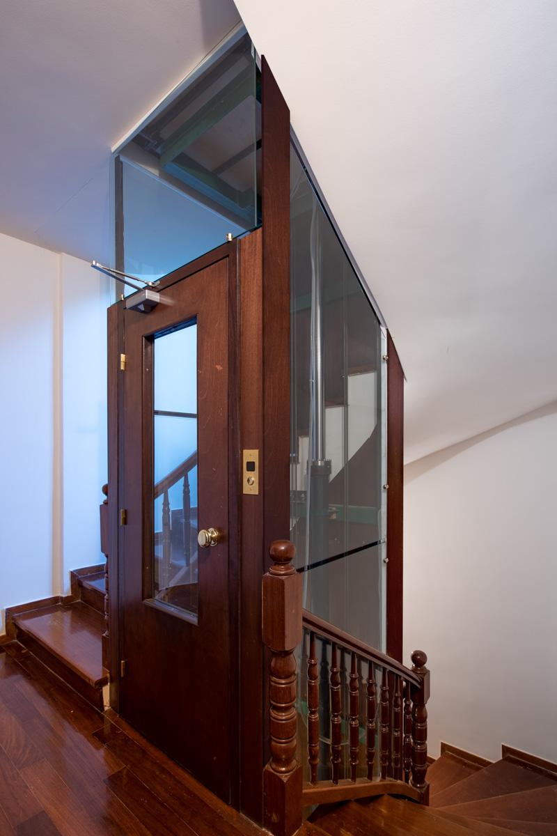 Υδραυλικός ανελκυστήρας με χεροποίητο θάλαμο Γαλλικού τύπου.